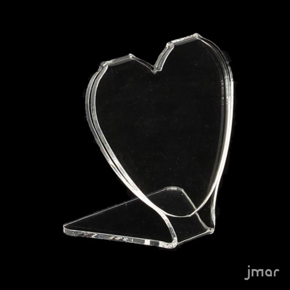 Tomar fotos en el corazón de plexiglás transparente